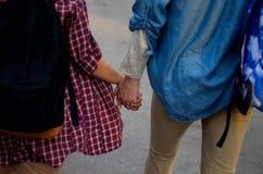 Les gens dans l'amour partageant la vue arrière de mains Photographie stock