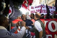 Les gens dans l'anti démonstration fasciste images libres de droits