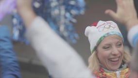 Les gens dans l'autobus donnent cinq au porteur de flambeau heureux Course de relais de flamme olympique de Sotchi dans le St Pet clips vidéos