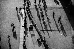 Les gens dans l'avant au centre de Pompidou Image libre de droits