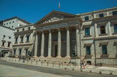 Les gens dans l'avant la façade des las Cortes de Palacio De à Madrid image stock