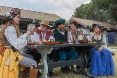 Les gens dans l'exécution médiévale de costumes images stock