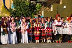 Les gens dans l'habillement traditionnel pendant le festival de Cultu national Photo stock