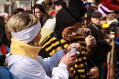 Les gens dans l'insecte costument prendre des photographies au carnaval de Venise Images stock