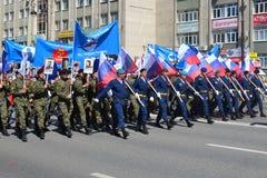 Les gens dans l'uniforme avec des drapeaux de la Fédération de Russie participent Photo libre de droits