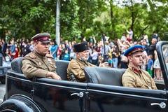 Les gens dans l'uniforme militaire en l'honneur des vacances de Victory Day Photographie stock libre de droits