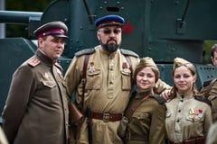 Les gens dans l'uniforme militaire en l'honneur des vacances de Victory Day Photos stock