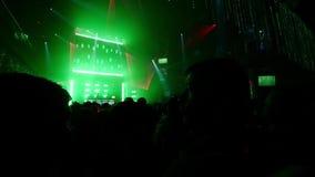 Les gens dans la boîte de nuit serrée, lasers de scintillement Mouvement lent strobe clips vidéos