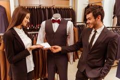 Les gens dans la boutique de costume Photographie stock libre de droits