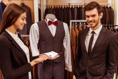 Les gens dans la boutique de costume Images libres de droits