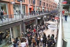 Les gens dans la boutique de rue vue d'en haut Photo stock