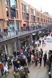 Les gens dans la boutique de rue vue d'en haut Photographie stock libre de droits