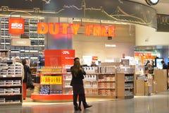 Les gens dans la boutique hors taxe dans l'aéroport international d'Ataturk Photo stock