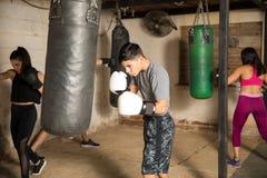 Les gens dans la classe de boxe à un gymnase Photo libre de droits