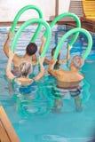 Les gens dans la classe faisant la forme physique d'aqua Photographie stock