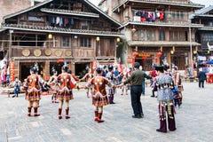 Les gens dans la danse ronde sur la place dans Chengyang Photos libres de droits