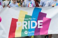Les gens dans la foule tenant une grande bannière pendant Stockholm Pride Parade Photos libres de droits