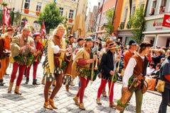 Les gens dans la musique médiévale de jeu de costumes Photographie stock libre de droits
