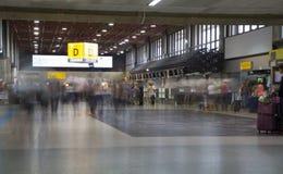 Les gens dans la région d'enregistrement de l'aéroport de Guarulhos, Brésil Image libre de droits
