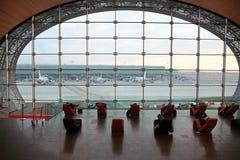Les gens dans la salle d'attente à l'aéroport Photographie stock libre de droits