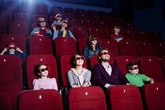 Les gens dans la salle de cinéma 3D Photos stock
