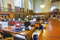 Les gens dans la salle de lecture de la bibliothèque publique de New York images libres de droits