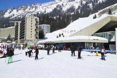 Les gens dans la station de sports d'hiver d'Alpes Photos stock