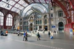 Les gens dans la station de train d'Anvers Photos libres de droits