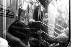 Les gens dans la vie quotidienne du souterrain de New York images libres de droits