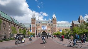 Les gens dans la ville d'Amsterdam avec Rijksmuseum à l'arrière-plan un Musée National néerlandais dans la ville d'Amsterdam, Pay banque de vidéos