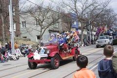 Les gens dans la voiture rouge de vintage conduisent le long de la rue de la Reine dans le Beache photographie stock