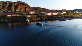 Les gens dans la vue aérienne Stts Dalniye Zelentsy de bateau en mer de Barents banque de vidéos