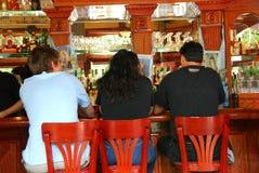 Les gens dans le bar Photographie stock libre de droits