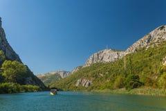 Les gens dans le bateau allant en tournée, Omis, Croatie Photographie stock libre de droits