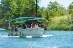 Les gens dans le bateau allant en tournée, Omis, Croatie Photos stock