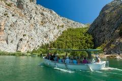 Les gens dans le bateau allant en tournée, Omis, Croatie Images stock