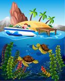 Les gens dans le bateau et les tortues sous la mer illustration stock