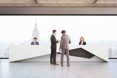 Les gens dans le bureau avec la réception à New York Photo stock