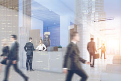 Les gens dans le bureau avec la réception, double Images libres de droits
