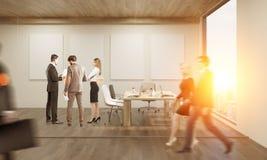 Les gens dans le bureau avec quatre affiches Photos stock
