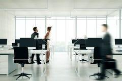 Les gens dans le bureau coworking léger Photo libre de droits
