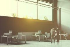 Les gens dans le bureau industriel gris de style, vue d'angle Photographie stock