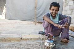 Les gens dans le camp de réfugié officieux Photographie stock libre de droits