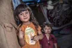 Les gens dans le camp de réfugié officieux Photographie stock