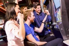 Les gens dans le casino photographie stock libre de droits