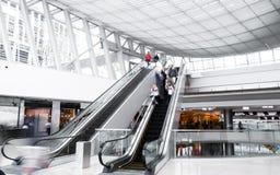Les gens dans le centre commercial Photo stock