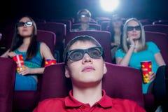 Les gens dans le cinéma portant les lunettes 3d Image stock