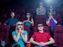 Les gens dans le cinéma portant les lunettes 3d Photos stock