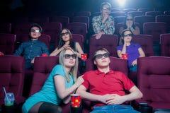 Les gens dans le cinéma portant les lunettes 3d Images libres de droits