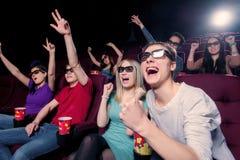Les gens dans le cinéma portant les lunettes 3d Photos libres de droits